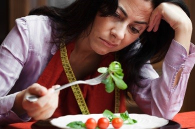 salata-yiyen-kadin